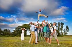 bruidegom wordt in de lucht gegooid
