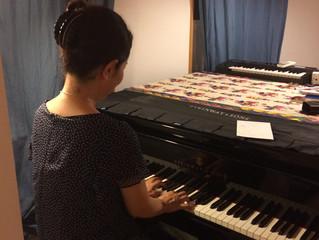 【ピアノがスキ!ピアニストの背中。】