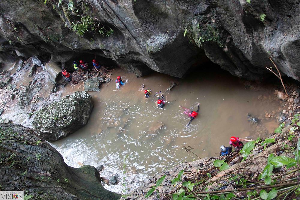 Cruzando para llegar a la cueva