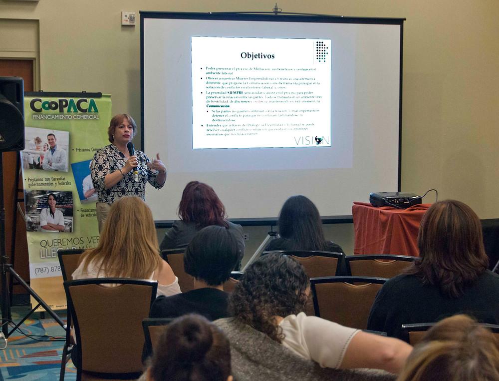 Verania Butler hablando en el Congreso de Empresarias