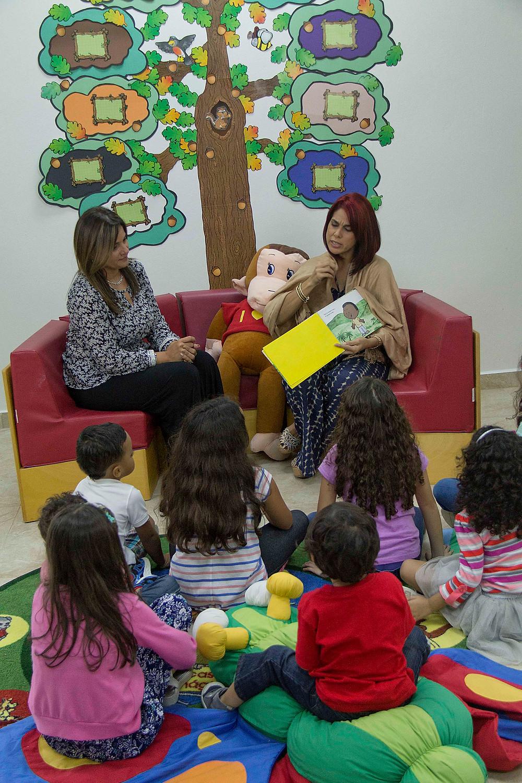 Lillian junto a la Primera Dama leyendo a los niños