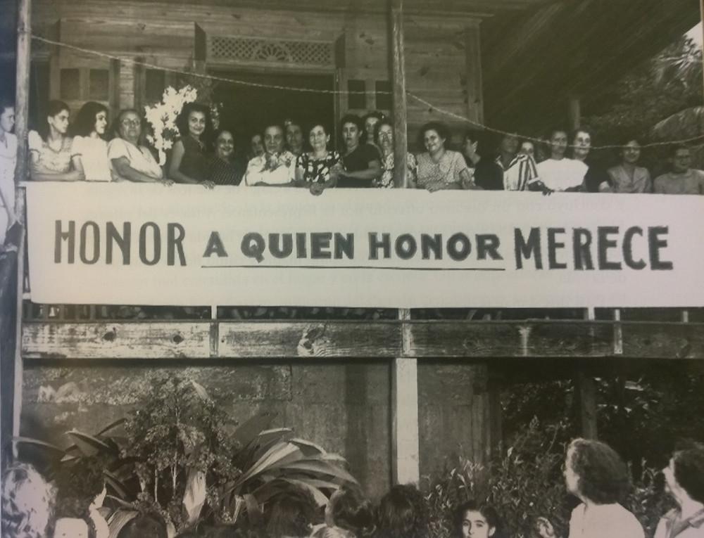 María Libertad Gómez recibe un reconocimiento por parte de damas utuadeñas. Tomada del libro: María Libertad Gómez, Mujer de convicción, líder de cambios.