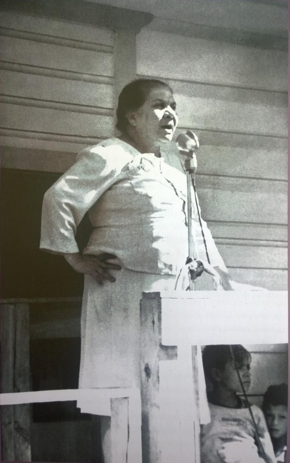 La líder utuadeña pronunciando un discurso. Tomada del libro: María Libertad Gómez, Mujer de convicción, líder de cambios.