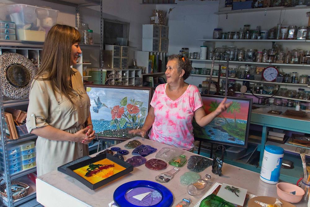 Enid y Lourdes en su taller de Rincón