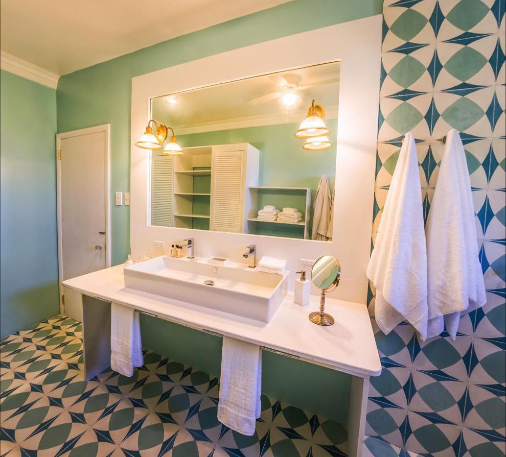 luxury-suite-bathroom.jpg