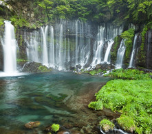日本一の山「富士山」の水を壮大なスケールで流す静岡県・富士宮市のイチオシの人気スポット「白糸の滝」の情報ページです。白糸の滝の見どころ、ベストシーズン、アクセスのコツ、合わせて立ち寄りたい名所など観光のポイントから地図、ハイライト動画まで幅広くご案内しています。詳細はこちらからご覧ください。