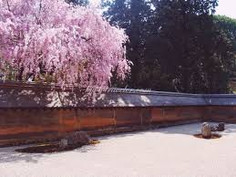 エリザベス2世が絶賛したことで世界的に知られる京都府・京都市右京区のイチオシの人気スポット「龍安寺」の情報ページです。龍安寺の見どころ、ベストシーズン、アクセスのコツ、合わせて立ち寄りたい名所など観光のポイントから地図、ハイライト動画まで幅広くご案内しています。詳細はこちらからご覧ください。