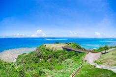那覇空港から車でおよそ50分の楽園として知られる沖縄県・沖縄本島のイチオシの人気スポット「知念岬公園」の情報ページです。知念岬公園の見どころ、ベストシーズン、アクセスのコツ、合わせて立ち寄りたい名所など観光のポイントから地図、ハイライト動画まで幅広くご案内しています。詳細はこちらからご覧ください。