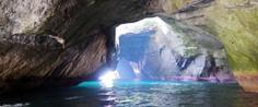 西伊豆の中でも特に神秘的な海食洞として知られる静岡県・西伊豆町のイチオシの人気スポット「堂ヶ島天窓洞」の情報ページです。堂ヶ島天窓洞の見どころ、ベストシーズン、アクセスのコツ、合わせて立ち寄りたい名所など観光のポイントから地図、ハイライト動画まで幅広くご案内しています。詳細はこちらからご覧ください。