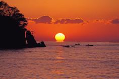 幸運の夕日として知られている高知県・宿毛市のイチオシの人気スポット「だるま夕日」の情報ページです。だるま夕日の見どころ、ベストシーズン、アクセスのコツ、合わせて立ち寄りたい名所など観光のポイントから地図、ハイライト動画まで幅広くご案内しています。詳細はこちらからご覧ください。
