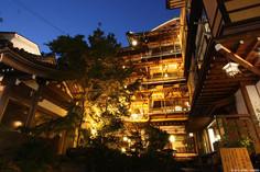 古き佳き昭和の木造4階建て温泉旅館として知られる長野県・渋温泉のイチオシの人気スポット「渋温泉・金具屋」の情報ページです。渋温泉・金具屋の見どころ、ベストシーズン、アクセスのコツ、合わせて立ち寄りたい名所など観光のポイントから地図、ハイライト動画まで幅広くご案内しています。詳細はこちらからご覧ください。