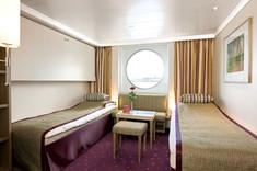 窓付きで、昼間はソファとして使えるソファーベッドを備えたストレスフリーな客室です。