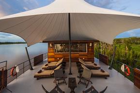 大きなパラソル付きの屋外ラウンジでは、生のアマゾンの大自然を肌で感じることができます。