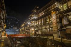 日本三大銀山のひとつとして知られる山形県・尾花沢市のイチオシの人気スポット「銀山温泉」の情報ページです。銀山温泉の見どころ、ベストシーズン、アクセスのコツ、合わせて立ち寄りたい名所など観光のポイントから地図、ハイライト動画まで幅広くご案内しています。詳細はこちらからご覧ください。