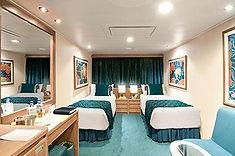ダブルベッドから海の眺望を楽しめる、よりストレスフリーな客室です。
