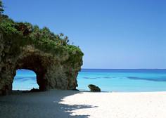 パウダースノーのような白い砂浜とコバルトブルー色の海とのコントラストが見事な沖縄県・宮古島のイチオシの人気スポット「砂山ビーチ」の情報ページです。砂山ビーチの見どころ、ベストシーズン、アクセスのコツ、合わせて立ち寄りたい名所など観光のポイントから地図、ハイライト動画まで幅広くご案内しています。詳細はこちらからご覧ください。