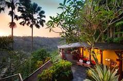 バリ島観光のハイライト「ウブド王宮」があるインドネシア・バリ島ウブド地区のイチオシのリゾートホテル「クプクプ・バロン・ヴィラズ&ツリー・スパ」の情報ページです。クプクプ・バロン・ヴィラズ&ツリー・スパの設備やサービスからアクセスのコツ、周辺の観光のポイント、地図、ハイライト動画まで幅広くご案内しています。詳細はこちらからご覧ください。