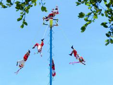 世界無形文化遺産に登録されているメキシコのイチオシの宗教儀式「フライングインディアン(ダンサ・デ・ロス・ボラドーレス)」の情報ページです。フライングインディアン(ダンサ・デ・ロス・ボラドーレス)の見どころ、日程、楽しみ方、合わせて立ち寄りたい名所など観光のポイントから地図、ハイライト動画まで幅広くご案内しています。詳細はこちらからご覧ください。