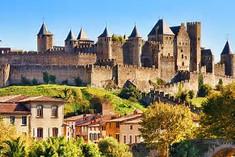 ヨーロッパ最大級の城塞都市として知られるフランス・ラングドック地方のイチオシの人気スポット「カルカッソンヌ」の情報ページです。カルカッソンヌの見どころ、ベストシーズン、アクセスのコツ、合わせて立ち寄りたい名所など観光のポイントから地図、ハイライト動画まで幅広くご案内しています。詳細はこちらからご覧ください。