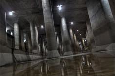 広大な地下調圧水槽に並ぶ太い石柱が「地下神殿」と形容される埼玉県・春日部市のイチオシの人気スポット「首都圏外郭放水路」の情報ページです。首都圏外郭放水路の見どころ、ベストシーズン、アクセスのコツ、合わせて立ち寄りたい名所など観光のポイントから地図、ハイライト動画まで幅広くご案内しています。詳細はこちらからご覧ください。