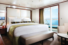 大きなプライベートバルコニーがついた2ベッドルームのスウィートルーム。嬉しいバトラー&コンシェルジュサービス付き。