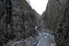 日本三大峡谷のひとつとして知られる新潟県・十日町市のイチオシの人気スポット「清津峡」の情報ページです。清津峡の見どころ、ベストシーズン、アクセスのコツ、合わせて立ち寄りたい名所など観光のポイントから地図、ハイライト動画まで幅広くご案内しています。詳細はこちらからご覧ください。