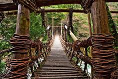 平家の落人伝説で知られる徳島県・三好市のイチオシの人気スポット「祖谷のかずら橋」の情報ページです。祖谷のかずら橋の見どころ、ベストシーズン、アクセスのコツ、合わせて立ち寄りたい名所など観光のポイントから地図、ハイライト動画まで幅広くご案内しています。詳細はこちらからご覧ください。