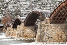 日本三名橋のひとつとして知られる山口県・岩国市のイチオシの人気スポット「錦帯橋」の情報ページです。錦帯橋の見どころ、ベストシーズン、アクセスのコツ、合わせて立ち寄りたい名所など観光のポイントから地図、ハイライト動画まで幅広くご案内しています。詳細はこちらからご覧ください。
