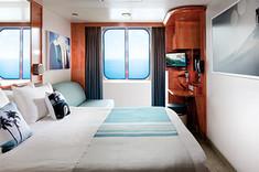 クイーンサイズベッドから海の眺望を楽しめる、よりストレスフリーな客室です。