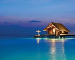 紺碧のインド洋を飾る26の珊瑚の環礁で知られる世界有数のリゾート地、モルディブ・北マーレ環礁のイチオシのリゾートホテル「ワン&オンリーリーティラ・モルディブ」の情報ページです。ワン&オンリーリーティラ・モルディブの設備やサービスからアクセスのコツ、周辺の観光のポイント、地図、ハイライト動画まで幅広くご案内しています。詳細はこちらからご覧ください。
