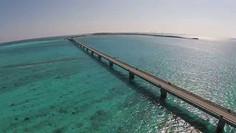 宮古島にかかるもっとも美しい離島架橋として知られる沖縄県・宮古島(池間島)のイチオシの人気スポット「池間大橋」の情報ページです。池間大橋の見どころ、ベストシーズン、アクセスのコツ、合わせて立ち寄りたい名所など観光のポイントから地図、ハイライト動画まで幅広くご案内しています。詳細はこちらからご覧ください。