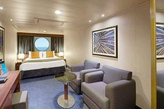 ダブルベッドのベッドヘッドからは海の眺望を楽しめ、よりストレスフリーな客室です。