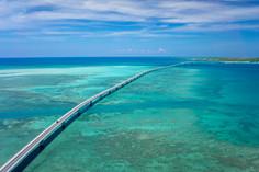 日本一美しい桟橋「下地島17エンド」への架け橋として知られる沖縄県・宮古島(伊良部島)のイチオシの人気スポット「伊良部大橋」の情報ページです。伊良部大橋の見どころ、ベストシーズン、アクセスのコツ、合わせて立ち寄りたい名所など観光のポイントから地図、ハイライト動画まで幅広くご案内しています。詳細はこちらからご覧ください。
