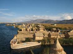 天然の葦の浮島で知られるペルー・チチカカ湖のイチオシの人気スポット「ウロス島」の情報ページです。ウロス島の見どころ、ベストシーズン、アクセスのコツ、合わせて立ち寄りたい名所など観光のポイントから地図、ハイライト動画まで幅広くご案内しています。詳細はこちらからご覧ください。