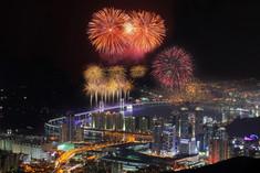 およそ8万発の花火とレーザー光線が夜空を彩る!韓国・釜山のイチオシのお祭り「世界花火大会」の情報ページです。世界花火大会の見どころ、日程、楽しみ方、合わせて立ち寄りたい名所など観光のポイントから地図、ハイライト動画まで幅広くご案内しています。詳細はこちらからご覧ください。