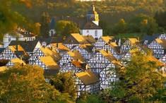 中世のモノトーンの美しい街並みを残すドイツのイチオシの人気スポット「フロイデンベルク」の情報ページです。フロイデンベルクの見どころ、ベストシーズン、アクセスのコツ、合わせて立ち寄りたい名所など観光のポイントから地図、ハイライト動画まで幅広くご案内しています。詳細はこちらからご覧ください。