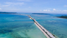 沖縄のシンボルロードとして知られる沖縄県・沖縄本島のイチオシの人気スポット「沖縄本島・海中道路」の情報ページです。沖縄本島・海中道路の見どころ、ベストシーズン、アクセスのコツ、合わせて立ち寄りたい名所など観光のポイントから地図、ハイライト動画まで幅広くご案内しています。詳細はこちらからご覧ください。