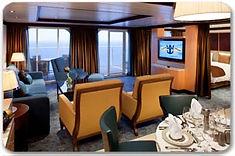 広々とした客室に独立したリビングエリア、プライベートバルコニー、バスタブなどを備えたスウィートルーム。