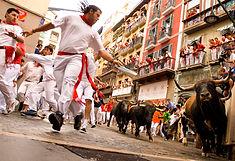 スペイン3大祭りのひとつとして知られるスペイン・パンプローナのイチオシのお祭り「サン・フェルミン祭(パンプローナの牛追い祭り)」の情報ページです。サン・フェルミン祭(パンプローナの牛追い祭り)の見どころ、日程、楽しみ方、合わせて立ち寄りたい名所など観光のポイントから地図、ハイライト動画まで幅広くご案内しています。詳細はこちらからご覧ください。