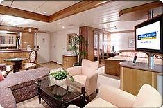 広々とした客室にクイーンサイズベッドやバスタブ、独立したリビングエリアなどを備えたスウィートルーム。もちろん窓からは海の眺望を楽しめます。