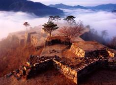雲海に浮かぶ古城跡として人気の兵庫県・朝来市のイチオシの人気スポット「竹田城跡」の情報ページです。竹田城跡の見どころ、ベストシーズン、アクセスのコツ、合わせて立ち寄りたい名所など観光のポイントから地図、ハイライト動画まで幅広くご案内しています。詳細はこちらからご覧ください。