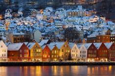 北欧の歴史的港湾都市として知られるノルウェーのイチオシの人気スポット「ベルゲン」の情報ページです。ベルゲンの見どころ、ベストシーズン、アクセスのコツ、合わせて立ち寄りたい名所など観光のポイントから地図、ハイライト動画まで幅広くご案内しています。詳細はこちらからご覧ください。