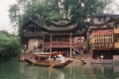中国一美しい古城として知られる中国・湖南省のイチオシの人気スポット「鳳風古城」の情報ページです。鳳風古城の見どころ、ベストシーズン、アクセスのコツ、合わせて立ち寄りたい名所など観光のポイントから地図、ハイライト動画まで幅広くご案内しています。詳細はこちらからご覧ください。