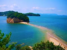 美しい瀬戸内の自然や懐かしい昭和の風景が見られる香川県・小豆島のイチオシの人気スポット「小豆島エンジェルロード」の情報ページです。小豆島エンジェルロードの見どころ、ベストシーズン、アクセスのコツ、合わせて立ち寄りたい名所など観光のポイントから地図、ハイライト動画まで幅広くご案内しています。詳細はこちらからご覧ください。