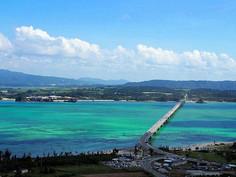 「ハート岩(ハートロック)」で知られる沖縄県・沖縄本島(古宇利島)のイチオシの人気スポット「沖縄本島(古宇利島)・古宇利大橋」の情報ページです。沖縄本島(古宇利島)・古宇利大橋の見どころ、ベストシーズン、アクセスのコツ、合わせて立ち寄りたい名所など観光のポイントから地図、ハイライト動画まで幅広くご案内しています。詳細はこちらからご覧ください。