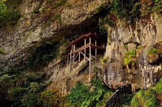 垂直に切り立った断崖絶壁の中腹に建つお堂として知られるの鳥取県・三朝町のイチオシの人気スポット「三佛寺投入堂」の情報ページです。三佛寺投入堂の見どころ、ベストシーズン、アクセスのコツ、合わせて立ち寄りたい名所など観光のポイントから地図、ハイライト動画まで幅広くご案内しています。詳細はこちらからご覧ください。