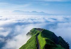 手を伸ばせば雲がつかめそうなほど空が近く感じられることから「天空の道」として親しまれている愛媛県・四国カルストのイチオシの人気スポット「天空の道・県道383号線」の情報ページです。天空の道・県道383号線の見どころ、ベストシーズン、アクセスのコツ、合わせて立ち寄りたい名所など観光のポイントから地図、ハイライト動画まで幅広くご案内しています。詳細はこちらからご覧ください。