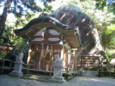 舟形の巨岩「天の磐船」を祀り、天孫降臨ゆかりの神社として知られる大阪府・交野市のイチオシの人気スポット「磐船神社」の情報ページです。磐船神社の見どころ、ベストシーズン、アクセスのコツ、合わせて立ち寄りたい名所など観光のポイントから地図、ハイライト動画まで幅広くご案内しています。詳細はこちらからご覧ください。