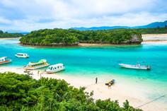 世界有数の透明度をほこる海水をたたえる沖縄県・石垣島のイチオシの人気スポット「川平湾」の情報ページです。川平湾の見どころ、ベストシーズン、アクセスのコツ、合わせて立ち寄りたい名所など観光のポイントから地図、ハイライト動画まで幅広くご案内しています。詳細はこちらからご覧ください。