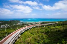 那覇空港から車でおよそ40分の大パノラマとして知られる沖縄県・沖縄本島のイチオシの人気スポット「沖縄本島・ニライ橋カナイ橋」の情報ページです。沖縄本島・ニライ橋カナイ橋の見どころ、ベストシーズン、アクセスのコツ、合わせて立ち寄りたい名所など観光のポイントから地図、ハイライト動画まで幅広くご案内しています。詳細はこちらからご覧ください。